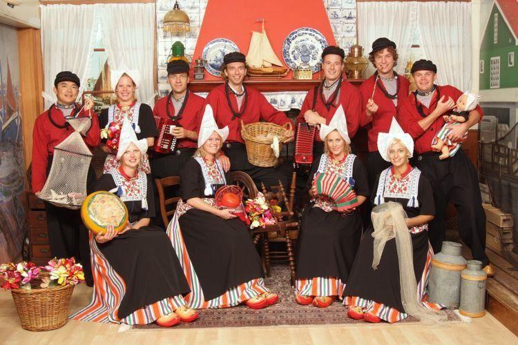 Welp Groepsfoto in kostuum | Foto in Volendam kostuum.nl | Foto in KI-44