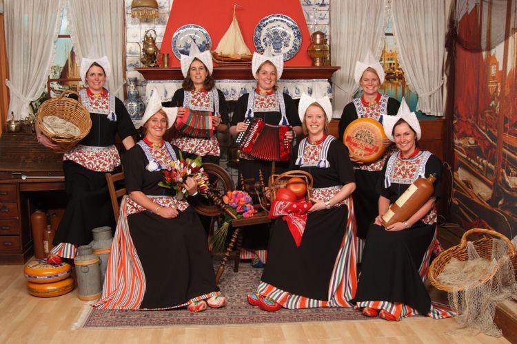 Verbazingwekkend Groepsfoto in kostuum | Foto in Volendam kostuum.nl | Foto in EJ-69