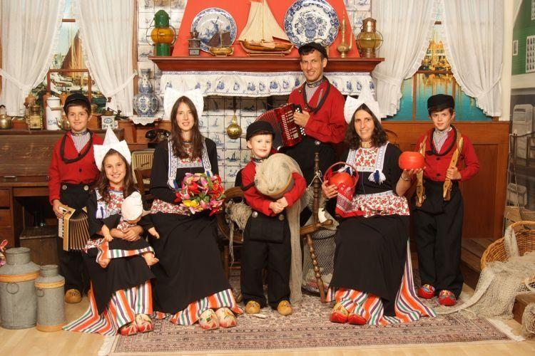 Uitgelezene Familiefoto in kostuum | Foto in Volendam kostuum.nl | Foto in RN-12